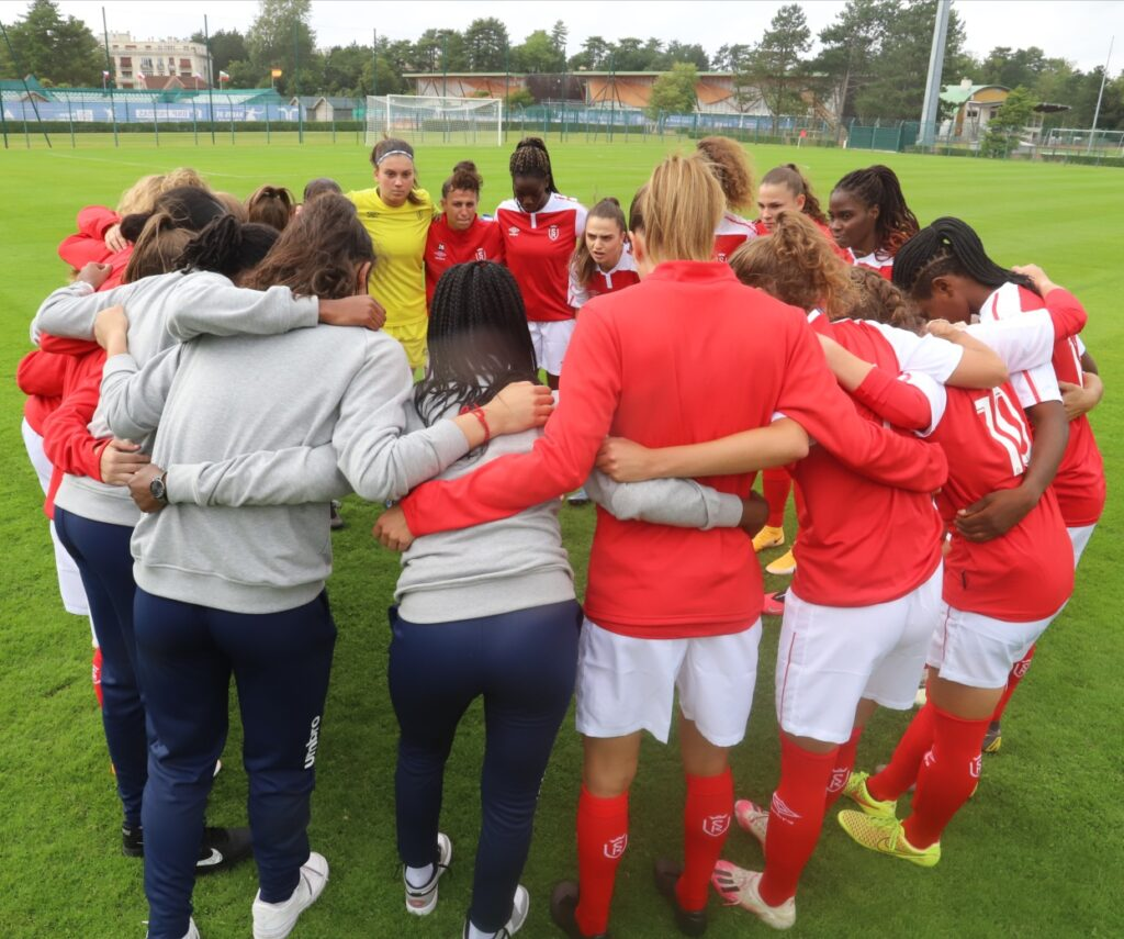 Match d'avant saison de football féminin